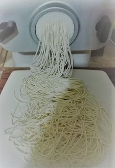 Best Pasta Maker allows you to make pasta dishes such as fresh spaghetti, angel hair, ravioli, lasagnette, and spaghetti. Spaghetti Noodles, Rice Noodles, Philips Pasta Maker Recipes, La Trattoria, Rice Noodle Recipes, Pasta Machine, Homemade Pasta, Cooking 101, Cooking Recipes
