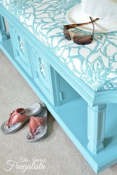 Turning a coffee table into a pretty upholstered bench Furniture Projects, Table Furniture, Furniture Makeover, Home Furniture, Furniture Design, Upholstered Coffee Tables, Coffee Table Bench, Upholstered Bench, Repurposed Furniture