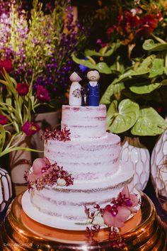 Bolo de Casamento seminaked com topo de bolo de noivinhos. Foto: @caioejessicafotografia. #topodebolo #topinhodebolo #bolodecasamento #bolodecasamentoseminaked #boloseminaked #docesdecasamento #mesadedocesebolo Cake, Desserts, Food, Wedding Cake Photos, Maderia Cake, Groom Cake, Candy Table, Weddings, Engagement