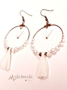 Grandes boucles d'oreille créoles finition bronze Nacre blanche (triangle, perles), pompons blanc ivoire : Boucles d'oreille par melletincelle-bijoux