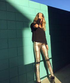 Metalic tight pants @houstongraeff 💚Completamente louca por tecidos metalizados!