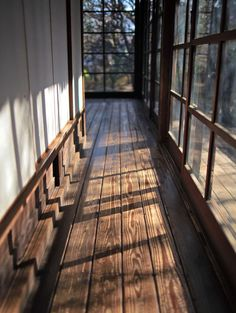 Hallway with windows, windows with dark panes, large plank wood floor *Idea for entry of future house* Interior Exterior, Interior Architecture, Japanese Architecture, Interior Design, Vintage Architecture, Interior Livingroom, House In The Woods, My House, Forest House