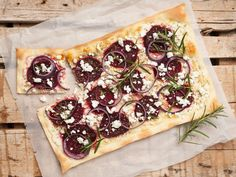 Statt Speck gibt's rote Bete und abgeschmeckt wird mit frischen Kräutern. Wir verraten euch das Rezept für unseren vegetarischen Flammkuchen!