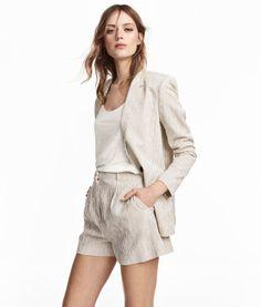 Naturweiß/Gestreift. Shorts aus Webstoff. Modell mit hohem Bund, Seitentaschen und einer Ziertasche hinten. Reißverschluss und Häkchenverschluss vorn.