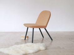 PORTO est un petit fauteuil réduit à sa plus simple expression : une structure tubulaire qui accueille deux tuiles de liège identiques pour lui procurer douceur et chaleur. Design by V8 designers