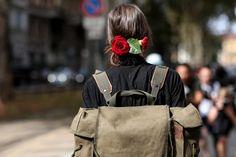 Inspire-se no estilo das modelos para adotar as mochilas no seu dia a dia (Foto: ImaxTree)