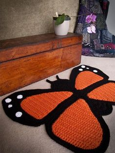This crochet butterfly rug would look amazing in a little girl's room. There isn't a pattern for it, but if you have the skill, this would be a great challenge! I must find a pattern.I don't have that's much skill. Diy Tricot Crochet, Crochet Mignon, Crochet Home, Love Crochet, Crochet Crafts, Yarn Crafts, Crochet Projects, Crochet Rugs, Crochet Pillow