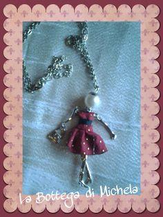 Collana lunga argento con dolls simil le carose con abito rosso