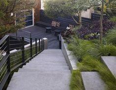 Terrasse de lames en bois et scalier en béton