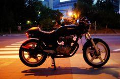 Honda CB250N / CB400N – clean black cafe racer