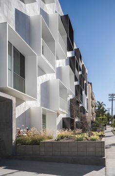 American firm Lorcan O'Herlihy Architects has completed a multifamily apartment building with a sculptural interior courtyard and a monochrome facade. Modern Architecture Design, Minimalist Architecture, Facade Design, Facade Architecture, Modern Buildings, Residential Architecture, Modern House Design, Contemporary Design, Balcony Design
