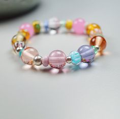 If you love pink, this is your bracelet: hand blown lampwork beads by glass artist Melanie Moertel // One Of A Kind // eShop: www.melaniemoertel.etsy.com