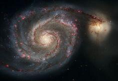 L0s elegantes y sinuosos brazos de la galaxia espiral M51 majestuosa (NGC 5194) aparecen como una gran escalera de caracol barriendo a través del espacio. En realidad, son largos carriles de estrellas y gas atados con polvo. #hubble #galaxia #universo