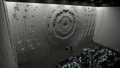 """Cette magnifique projection mapping intitulée """"Hyper-Matrix 3D"""" a été conçu par le groupe artistique Jonpasang pour la marque automobile Hyundai. Elle a été présentée le mois dernier à l'Expo Yeosu 2012 qui s'est tenue en Corée du Sud. On y découvre des milliers de cubes motorisés qui sortent du mur avec une projection mapping par dessus."""
