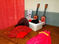 Miss Cavallier - Para la fiesta montamos un photocall andaluz en honor a la familia de la novia que son del sur y montamos un panel de lunares y complementos como monteras, flores, peinetas, pendientes de flamenca, guitarras, sombreros de cordobés...