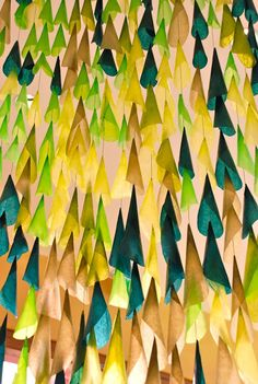 Beautiful hanging paper garland at Anthropologie. Shop Window Displays, Store Displays, What Is Merchandising, Visual Merchandising, Diy Paper, Paper Art, Tissue Paper, Anthropologie Display, Window Art