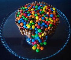 La ricetta della torta m&m's è golosissima: una base al cacao, farcita di confettura di albicocche, glassata con cioccolato al latte ed infine decorata con cialde di wafer e tanti colorati m&m's! Ideale per feste e compleanni, si presta a numerose varianti e personalizzazioni.