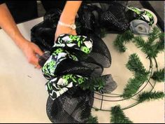 Tutorial on how to make a deco mesh wreath