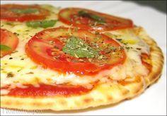 Pizza de Frigideira Para a massa (receita para 4 discos):  1 ovo;  50g de manteiga amolecida;  1 e 1/2 xícara de farinha de trigo;  1 colher (sobremesa) de fermento químico (o de bolo mesmo);  1 colher (café) de sal (eu usei ainda uma pitada de alho em pó na massa).