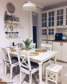 Chairs and table Cozy Kitchen, Kitchen Decor, Kitchen Interior, Kitchen Design, Small Space Interior Design, Dining Room Inspiration, Small Dining, Cuisines Design, Home Decor Furniture