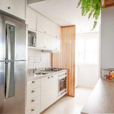 Cozinhas pequenas: 100 ideias de decoração para aproveitar o espaço Modern Kitchen Design, Interior Design Living Room, Living Room Designs, Simple House Design, Modern House Design, Small Apartment Design, Studio Layout, Kitchen Collection, Decoration