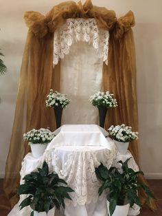 Decoracion Church Altar Decorations, Decoration Table, Table Centerpieces, Flower Decorations, Catholic Altar, Beautiful Rose Flowers, Christmas Swags, Prayer Room, Corpus Christi
