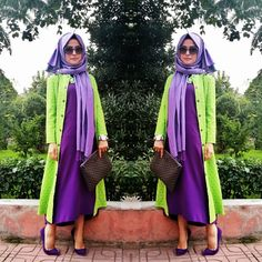düz mor bol bir elbise, üzerine çiçekli yeşil kap , ve mor stiletto ayakkabılar. Zıt renklerin uyumu ve güzelliği.