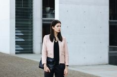 Elisa from the Fashion- and Lifestyleblog www.schwarzersamt.com shows a minimalistic autumn winter look with a light rose / nude leather jacket from Weekday, Forever 21 leather pants, silver flats from Asos and a clutch in black from ZARA.