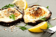 portobello mushrooms filled with mizithra cheese and smoked ham (in greek)