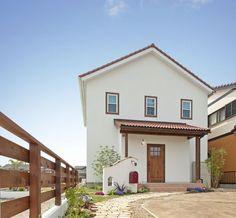 『かわいい家photo』では、かわいい家づくりの参考になる☆ナチュラル、フレンチ、カフェ風なおうちの実例写真を紹介しています。 Tropical House Design, Small House Design, Tropical Houses, Muji Home, Spanish Style Homes, Exterior Design, Home Projects, My House, Architecture Design