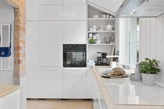 (3) BO HØYT OG FRITT I EKEBERGSKRENTEN: Nydelig 2-roms med 15,6 kvm vestvendt takterrasse med rå utsikt! - Lekre detaljer - Mulighet for P-plass - Lave f.kost - Nærhet til marka og sentrum! | FINN.no Fritters, Real Estate, Kitchen, Table, Furniture, Home Decor, Rome, Fried Dumplings, Cooking