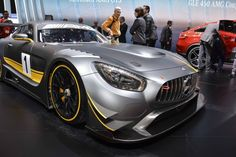 L'AMG GT3, le dernier bolide de course de Mercedes, pousse la SLS GT3 vers la sortie et se dresse devant la concurrence.