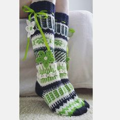 Yhdessä itse tehden: Anelmaiset Crochet Socks, Knitting Socks, Knit Crochet, Winter Socks, Fair Isle Knitting, Crotchet, Leg Warmers, Handicraft, Mittens