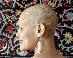 Art by Henna Heals. a charity based in Toronto, Canada that offers a free service to cancer patients undergoing chemotherapy: beautiful henna designs applied to their chemo-bald heads. Dyed Natural Hair, Natural Henna, Natural Hair Styles, Natural Beauty, Chemo Hair Loss, Crown For Women, Hair Due, Beautiful Henna Designs, Bald Women