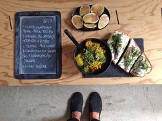 BENTO DU JOUR 26/07/2016 : Curry végétarien home-made tout bio : courgettes (du jardin encore et toujours !) + tomates + épices CCC (curcuma/ cumin/ coriandre) - Tartine : pain complet + cream-cheese + sardines bio + coriandre (du jardin!) - Figues fraîches