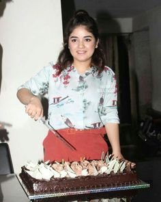 The very talented Secret Superstar Zaira Wasim celebrate her birthday with the media. Double Tap to wish the Dangal girl & leave your wishes below ❤️❤️❤️ . Zaira Wasim, 17th Birthday, Happy Birthday, Haircuts For Men, Men's Haircuts, Stylish Dresses For Girls, Bollywood Fashion, Superstar, Hair Cuts