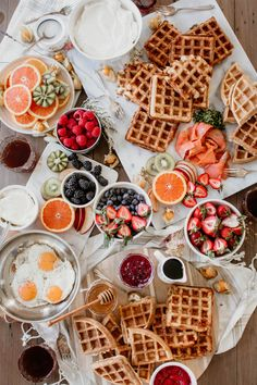 Mother's Day Brunch Waffle Bar? Don't mind if I do! Check me out over on putting together this delicious spread! Birthday Brunch, Brunch Party, Brunch Food, Comida Picnic, Breakfast Pictures, Savory Waffles, Waffle Bar, Brunch Recipes, Brunch Ideas