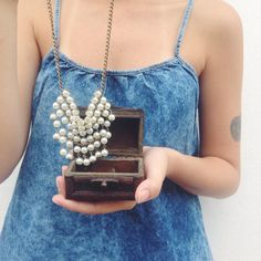 Uma blusinha da cor do mar E pérolas num colar ✨ #lojaamei #perolas #colar #acessorio #jeans