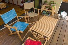 天板を丸められるテーブルや折りたたみの椅子は、部屋の中で使っているものを外に出せば、そこがアウトドアリビングとなる。