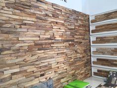 Knappe houtstrips voor op de muur.