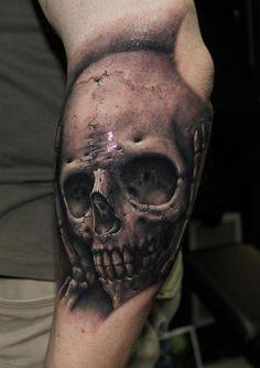 Realistic skull tatt