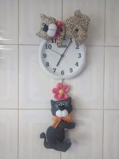 Gatinho relógio Christmas Clock, Cat Clock, Home Improvement, Projects To Try, Arts And Crafts, Dolls, Sewing, Big Shot, Elsa
