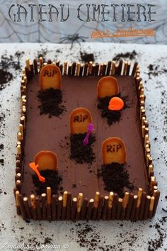 A cake for Halloween very easy to make, without special material, nor even need to be a pastry pro, it's possible! We see many beautiful themed cakes, most often decorated with sugar dough or full of dyes … I … Source by Halloween Desserts, Comida De Halloween Ideas, Halloween Torte, Bolo Halloween, Pasteles Halloween, Casa Halloween, Bricolage Halloween, Hallowen Food, Halloween Graveyard