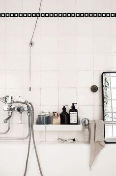 détails: flacons dans la salle de bain