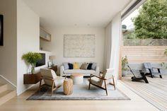 salon marron beige, canapé droit et fauteuils design en blanc