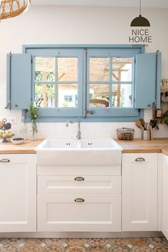 A sink by the window.love the colour blue. Автор – Nice home barcelona Fall Home Decor, Home Decor Kitchen, Kitchen Interior, Kitchen Design, Cheap Rustic Decor, Cheap Home Decor, Cottage Kitchens, Home Kitchens, Western Style