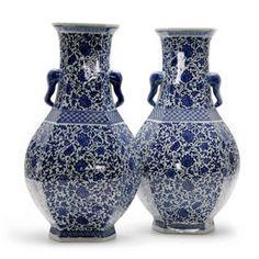 Vaso com Arabesco Floral e Pegas Laterais
