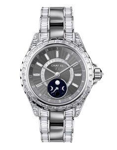 montre J12 Moonphase Chanel http://www.vogue.fr/joaillerie/shopping/diaporama/horlogerie-la-tete-dans-les-etoiles-montres-phases-de-lune/15752/image/872783 (BB)