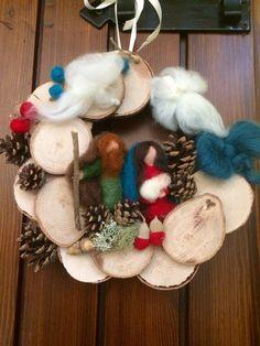 Ghirlanda con Natività Waldorf in lana cardata di CreazioniMonica