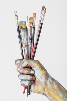 Hand holding brushes stained with paint Photo Paint Brush Art, Paint Brushes, Makeup Brushes, Brush Texture, Draw Character, Brush Vector, Lettering For Beginners, Art Sketches, Art Drawings